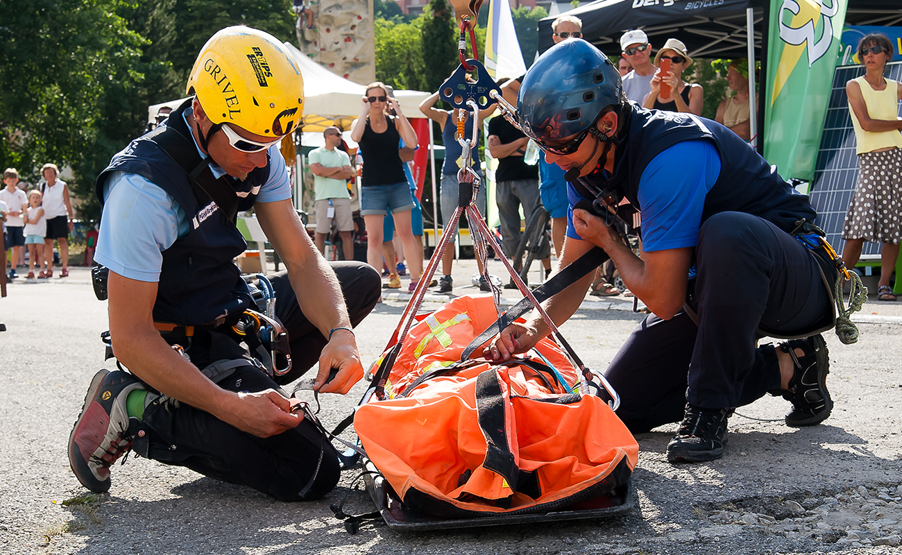 Spectacle hélicoptère des guides, accompagnateurs et secours en montagne de Briançon