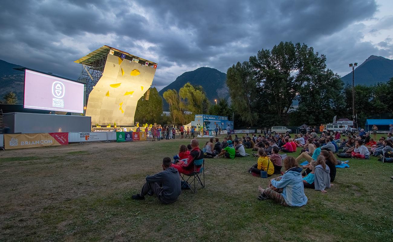 Projection de film de montagne en plein air pendant le Mondial de l'Escalade de Briançon